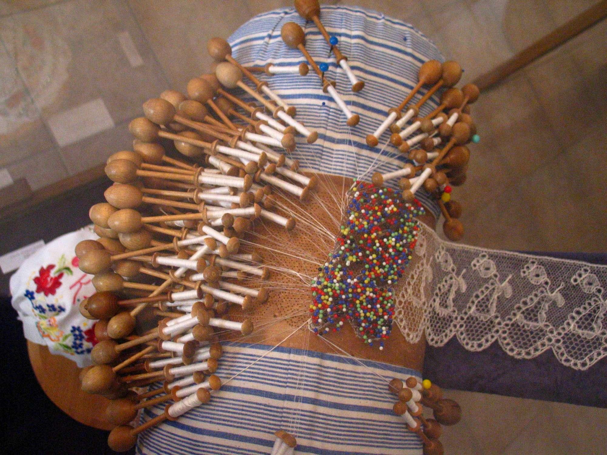 Poduška s vláčkovou krajkou - paličkování